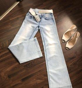 Новые голубые джинсы с ремнем