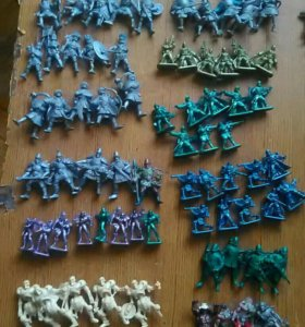 Фигурки героев,наборы солдатиков ,краски.