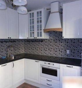 Кухня в Белом Цвете с Остекленными Створками