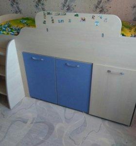 Детская кровать с выдвижным столиком