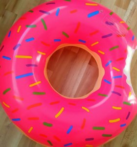 Круг для плавания в виде пончика.