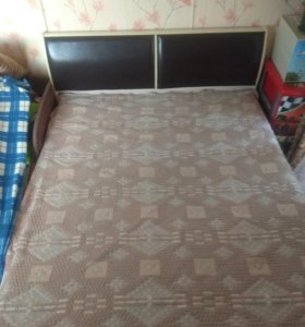 Кровать двухспальная с матрасом и покрывалом(торг)