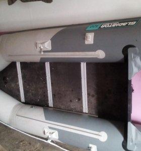 Лодка ПВХ 17 года 3,20 на воде была два раза