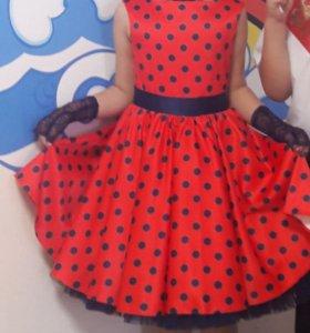 Комплект: платье, перчатки, бусы и повязка на голо