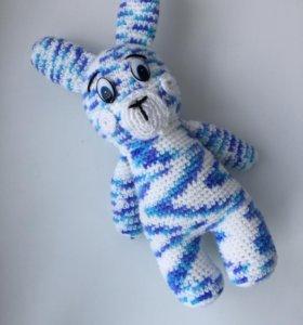 Заяц, вязанный крючком.