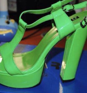 Салатовые босоножки на каблуке
