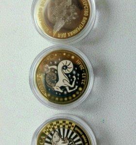 Сувенирные монеты в капсулах.