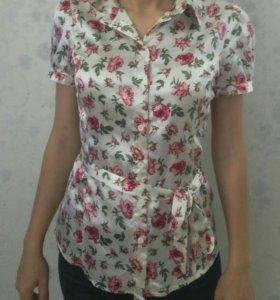 Блузка атласная с цветами новая oodji