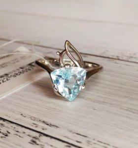 Кольцо с голубым топазом, серебро 925, размер18,75