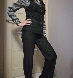 Брючный костюм (жилетка и брюки)