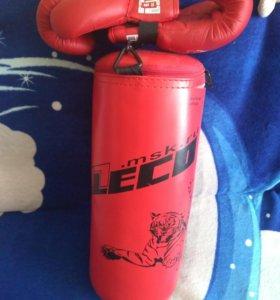 Боксерская груша и перчатки.
