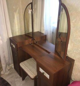 Туалетный столик с зеркалом и стул