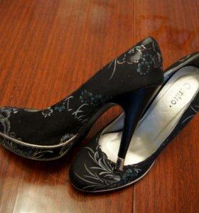 черные с рисунком туфли