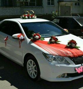Украшение на машину в красном цвете