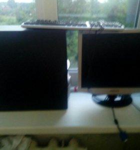 Компьютер с монитором и клавиатура.