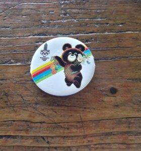 Значок круглый олимпийский мишка 1980 год