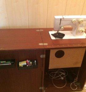 Швейная машинка с ножным и электрическим приводами