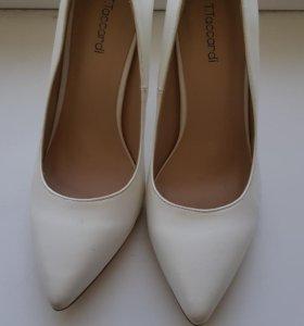Свадебное платье,и туфли .