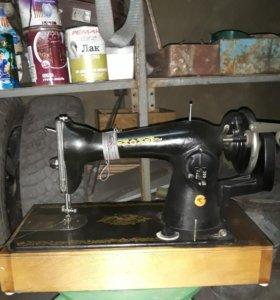Машинка швейная ,в отличном состоянии .