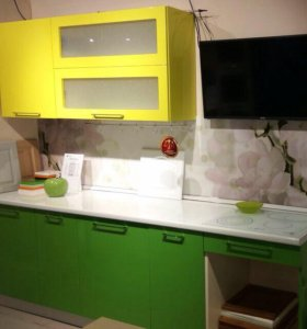 Кухня в желто-зеленой эмале