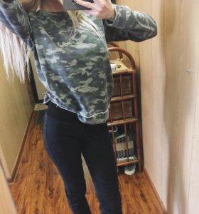 Свитшот и чёрные джинсы