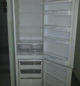 Высокий большой холодильник