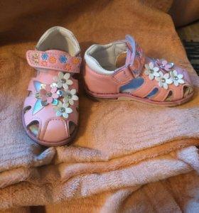 Детские сандалики на девочку
