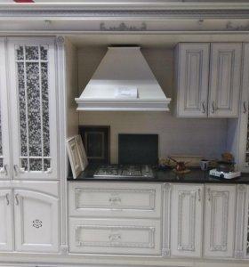 Кухня белая с серебристой патиной
