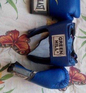 Боксерские перчатки и шлем для бокса