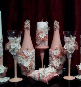 Свадебные бокалы, свечи, шампанское