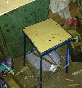 Сейф и стул металлические