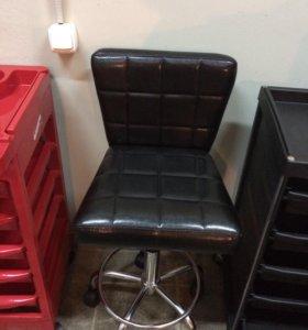 Стулья и кресла для парикмахерских и салонов