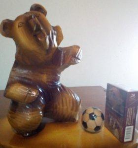 Фигура из дерева Мишка футболист