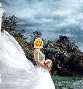 Счастливое ,красивое и сверкающее свадебное платье