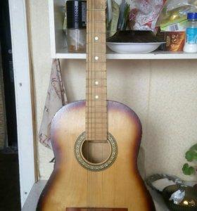 Гитара классическая,без двух струн.