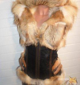 Меховая жилетка с капюшоном новая
