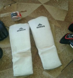 Боксерские перчатки, наколенники, бинт