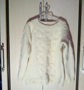 Белый свитер ручной вязки