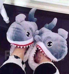 Мягкие, теплые и забавные тапочки с акулами