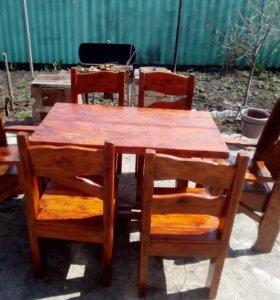 Набор, стол и стулья из натурального дерева.