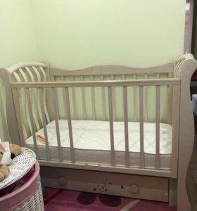 Детская комната: детская кроватка, комод, шкаф