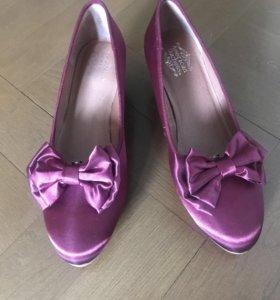 Новые туфли в винтажном стиле на невысоком каблуке