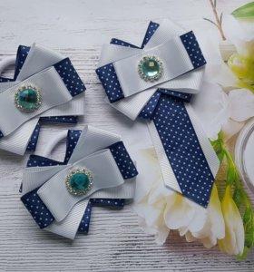 Школьные резиночки и галстук.