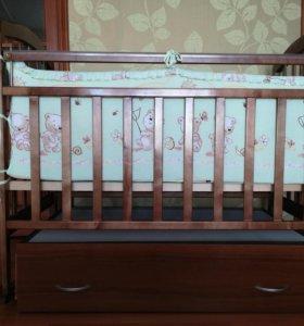 Детская кроватка с маятником и ящиком