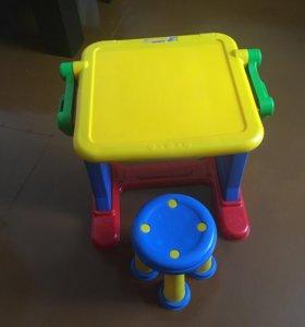 Детский столик и стул.