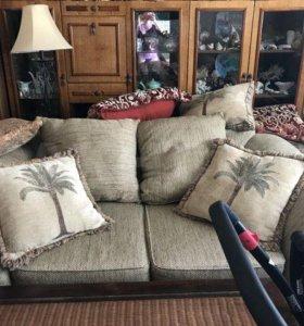 Уютный мягкий диванчик из массива красного дерева