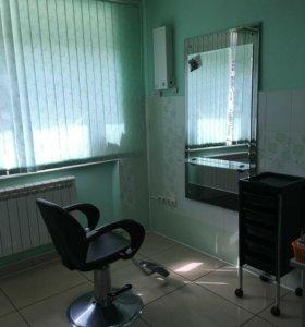Парикмахерское кресло,зеркало и тумбочка
