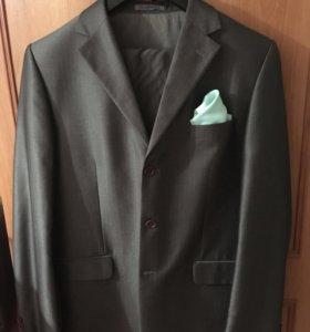 Мужской костюм серого цвета блестящий