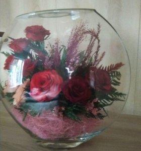 Розы в большой круглой вазе