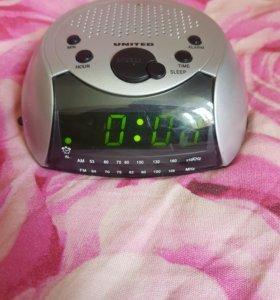 Радиочасы с будильником.